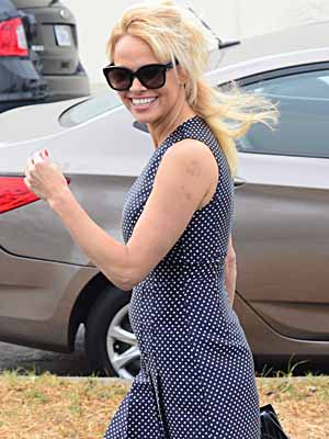 Actress Pamela Anderson looks like she is having a bit of a bad hair day as she is spotted hanging out with some friends in Venice, Ca  Picture by: London Entertainment/Splash   Ref: LELA 310516 B  Splash News and Pictures Los Angeles: 310-821-2666 New York: 212-619-2666 London: 207-107-2666 photodesk@splashnews.com www.splashnews.com