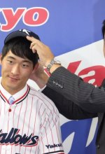 Junji Ogawa gives Jae-Hoon Ha his Swallows cap