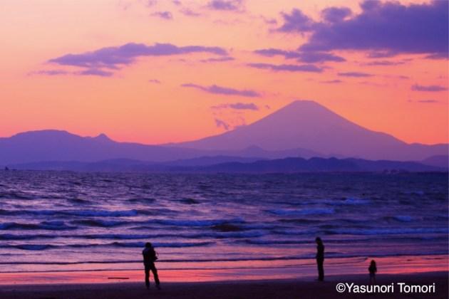 湘南海岸から見た赤焼けに染まる富士山