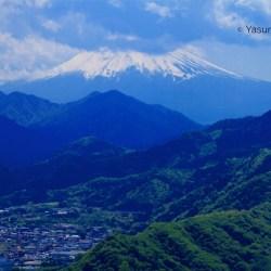 岩殿山(山梨県大月市)から見た富士山。厚い雲がかかっていたのが残念=2013年5月4日撮影
