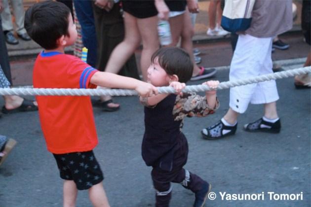小さな手で山車を曳く子ども=佐原の大祭夏祭りにて