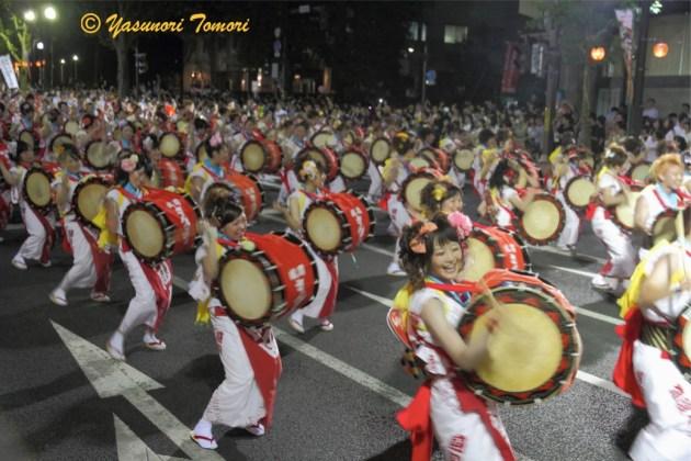 若さあふれる演舞をみせた盛岡大学チーム=盛岡さんさ踊り2013パレードから