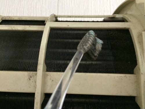 エアコンの蒸発器を歯ブラシで洗浄