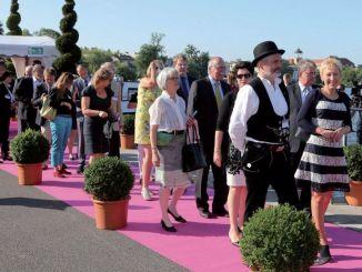 Teppich in Pink und viele Gäste