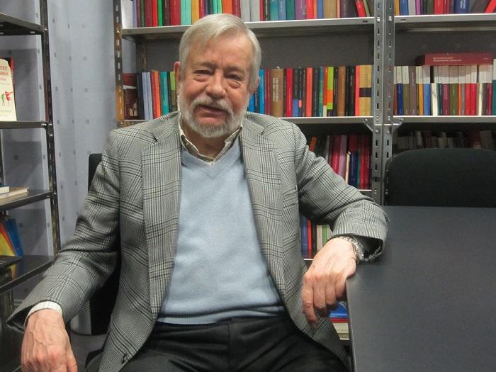 """José María Guelbenzu, autor de 'Los poderosos lo tienen todo': """"La hipocresía es una tradición en España"""""""