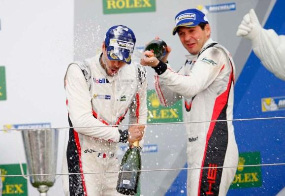Richard Lietz und Frederic Makowiecki feiern den dritten Rang © Porsche AG