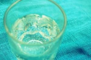 炭酸水をグラスで