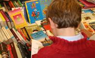 Trueque de libros en la biblioteca de Torrelodones