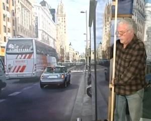 José Miguel Palacio entre sus pinturas (imagen captura de TV)