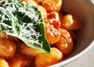 Gnocchi met tomaat en basilicum