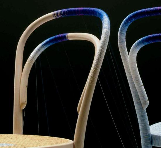 Keisuke Fujiwara Spool 214 thonet chair v procese omotavania