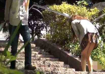 (小便秘密撮影)トイレ探しにせっかく階段を駆け下りたのに・・・
