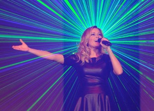 Auftritt mit Lasershow: Helene Fischer bei der großen hr4-Schlager-Starparade 2013. Foto: hr/Norbert Klöppel