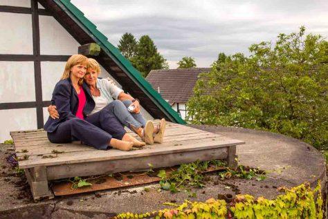 v.l.n.r.: Bea (Johanna Gastdorf), Anna (Mariele Millowitsch) © Foto:  ZDF/Frank Dicks/Eyeworks
