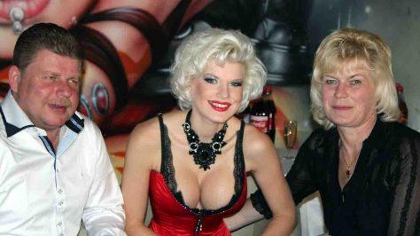 Nach einem Casting und einem Fotoshooting steht ein Treffen mit ihren Eltern an. Die blonde Tänzerin ist bedrückt, denn das Gespräch läuft nicht wie erhofft. Mutter und Vater können sich nicht recht mit Melanies Lebensstil anfreunden und auch die Einladung zu ihrer Burlesque-Show am späten Abend schlagen die beiden aus. © RTL II