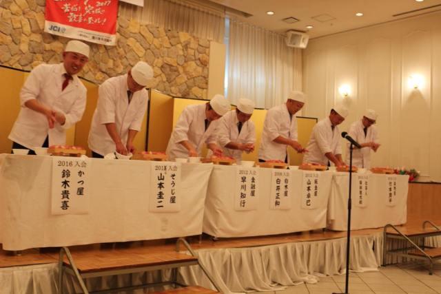 卒業生によるアトラクションで寿司を握る様子