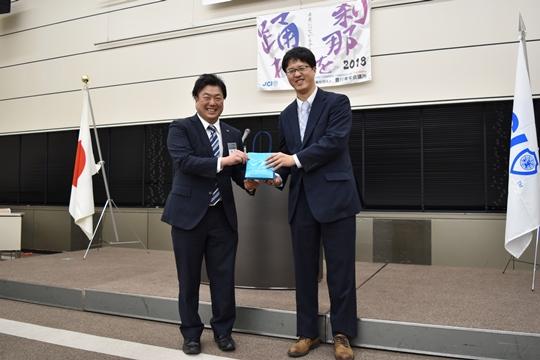 記念品贈呈 長木副理事長と伊本講師