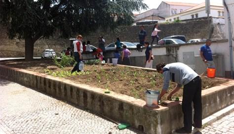 Inhabitants  of Portoalegre, Portugal, working in a community garden. trabajando Photo: Luis Bello Morales