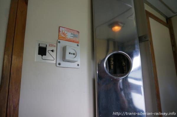 シベリア鉄道電源アダプター差込口トイレ画像