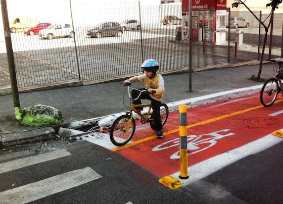 Menino pedala em nova ciclovia em São Paulo - Foto: Claudio Kerber