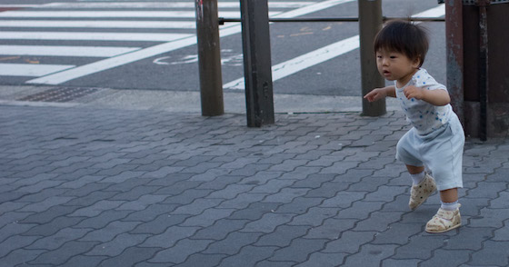 Um bebê na calçada - foto: yoshiyasu nishikawa