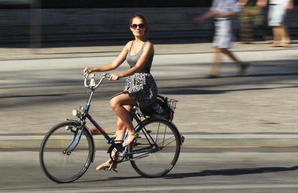 mulher-desliza-bicicleta