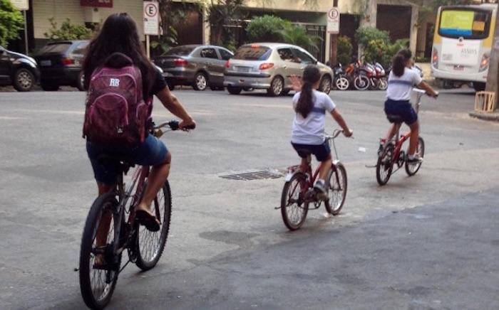 mae-filhas-bicicleta-escola