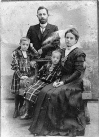 Николай Николаевич и Мария Петровна (ур. Петренко) Ландо-Безверховы с дочками Верой (мама) и Олей. Одесса, 1909