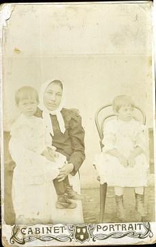 Гликерия Яковлевна Буянова (няня), на коленях Оля, сидит - Вера Ланде (мама). Одесса, 1905
