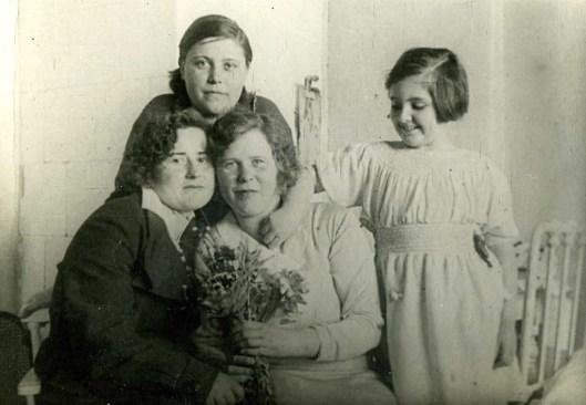 С домработницами Клавой, Шурой и Нюрой. Ленинград, 1934