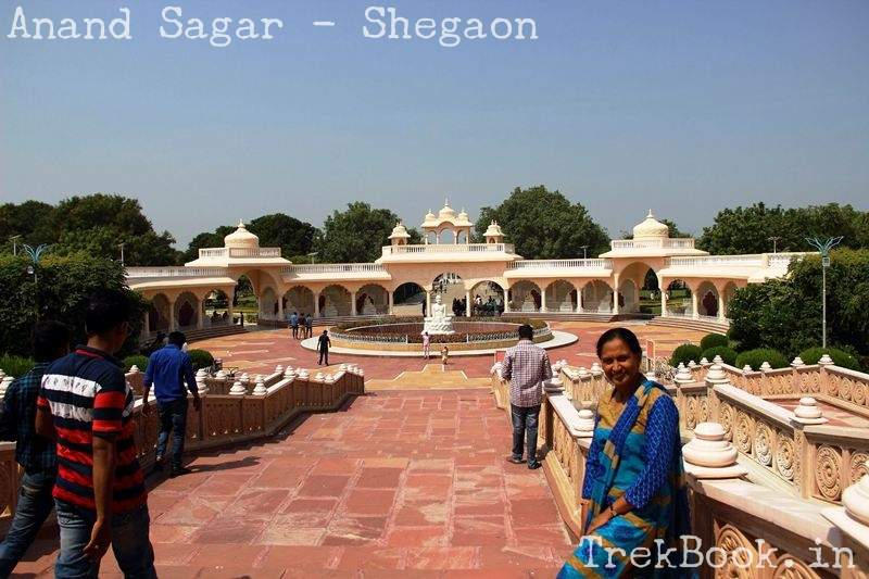 fountain at entry of anand sagar