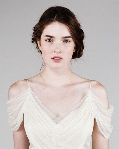 Девушка с макияжем и прической в романтическом стиле