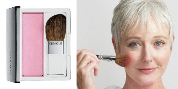Как накладывать макияж (фото справа) женщине среднего возраста: наносим румяна кистью. Отдавайте предпочтение матовым светлым тонам (на фото слева — румяна с кистью Clinique Blushing Blush Powder Blush)