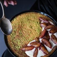 pistazien nussbutter clafoutis, geschmorte portwein ingwer zwetschen und vanille creme fraiche. süße #minimoments mit unserem neuen kitchenaid-le.