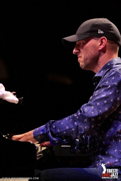 """TRIESTELOVESJAZZ 2016 07 16 - BIRÉLI LAGRÈNE, ANTONIO FARAÒ, IRA COLEMAN, LENNY WHITE - Biréli Lagrène: guitar; Antonio Faraò: piano; Ira Colema: bass; Lenny White: drums Un prestigioso progetto di una vera e propria """"All Stars Band"""". Lagrène e Faraò sono tra più apprezzati strumentisti dell'attuale scena jazz mondiale, Gary Willis, fondatore dei TribalTech, è uno dei maggiori esponenti del basso elettrico al mondo e Lenny White, maestro assoluto della batteria moderna, ha al suo attivo l'immortale """"Bitches Brew"""" di Miles Davis, oltre che la partnership con Chick Corea per """"Return to Forever"""". PH MASSIMOGOINA.COM"""