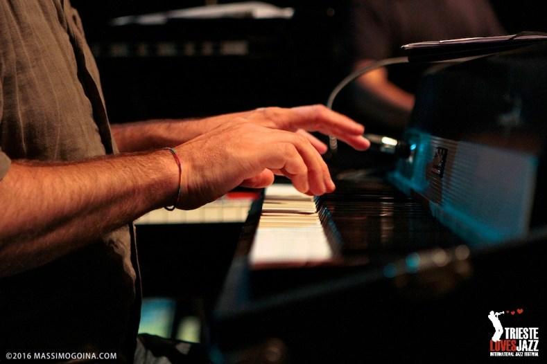 TRIESTELOVESJAZZ 2016 07 12 - 88_4 RUDY FANTIN & MAURO COSTANTINI - Rudy Fantin: piano, fender rhodes; Mauro Costantini: hammond - Un nuovo progetto che vede coinvolti due pianisti del FVG, entrambi con una solida preparazione accademica e legati stilisticamente alla musica moderna. Noti solisti e accompagnatori, hanno deciso di unire le loro esperienze artistiche per formare un duo inedito, 4 mani su 3 strumenti diversi: il pianoforte, l'organo Hammond e il Fender Rhodes. PH MASSIMOGOINA.COM