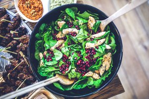 kaboompics.com_Spinach,-chicken-&-pomegranate-salad