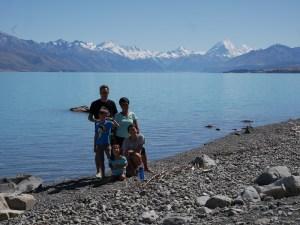 Familiebillede med mt. Cook i baggrunden