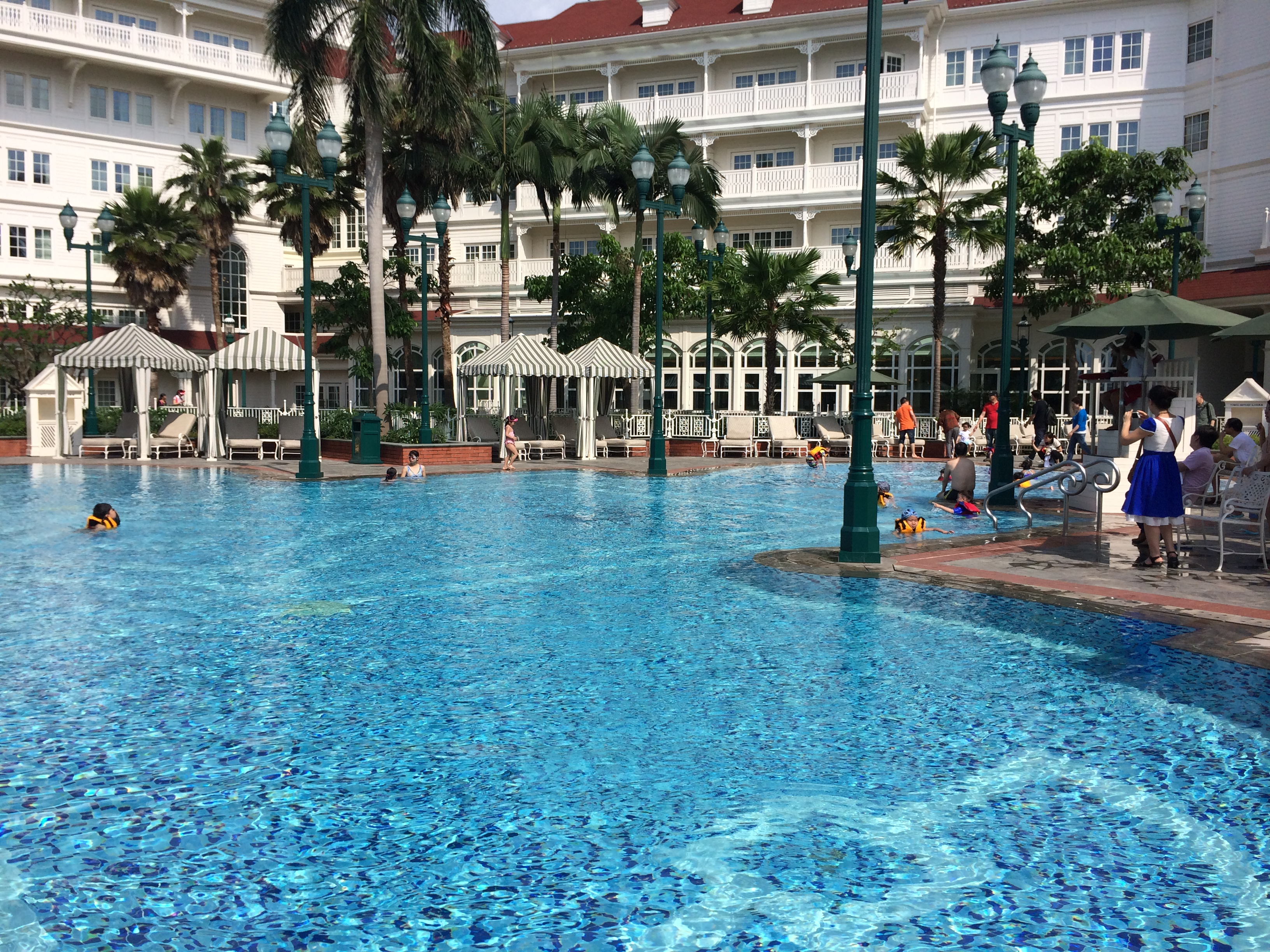 Hong kong disneyland hotel review part 2 trips with tykes for Outdoor swimming in paris