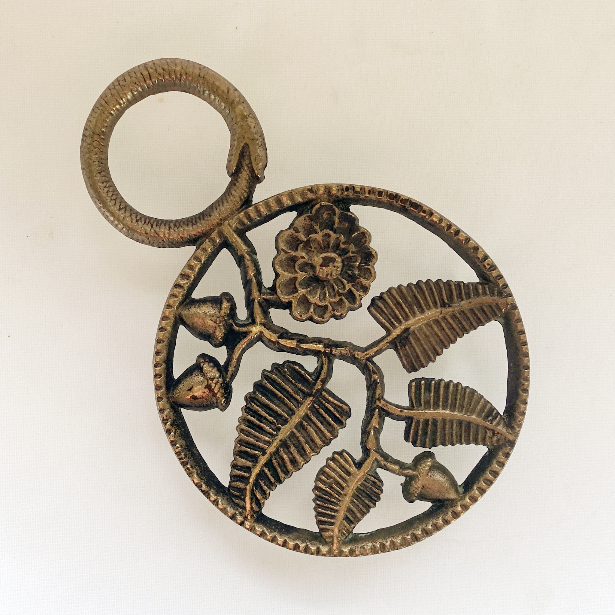 Ritzy Long Legs Suggest An Er Surface Wear Age A Trivet Trivetology I Believe This Trivet Dates To Or Ouroboros Symbolism Bent Legs Arecommensurate photos What Is A Trivet