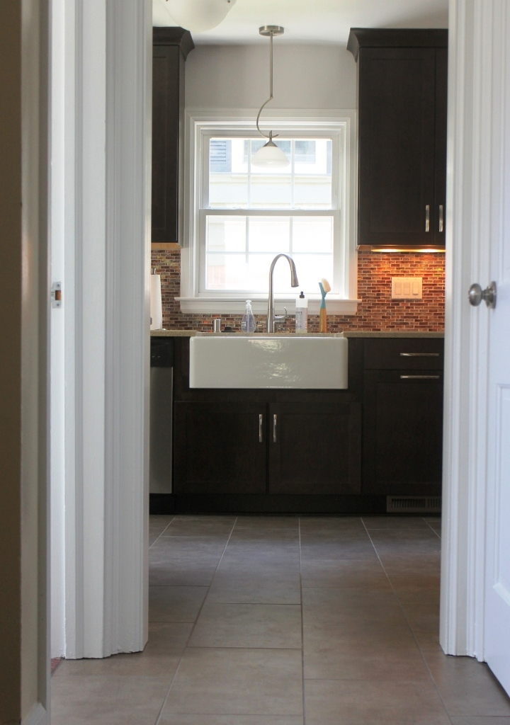 Farmhouse_Sink_and_Modern_Pendant_Light