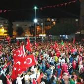 Протест против попытки переворота в Багджыларе, одном из районов Стамбула, в ночь с 15 на 16 июля. Фото Maurice Flesier