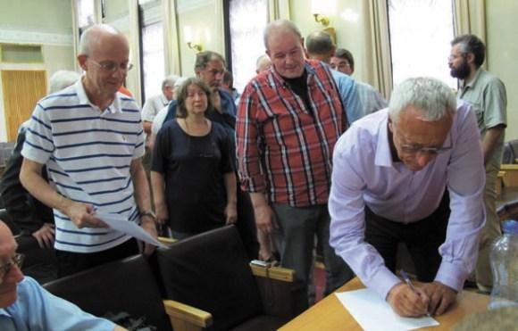 Член-корр. И. Волович (слева) и академик А. Кулешов (подписывает заявлегие Клуба «1 июля»)