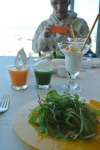 宿の朝食ウマすぎ。真ん中の緑のジュース(小松菜)がもっとほしい!