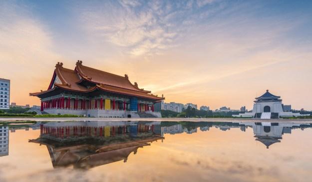 TEMPLOS. Son muchos y están en todas las ciudades. En Taipei, el templo de Confucio (arriba) fue creado en 1879; el Memorial Hall Chiang Kai-shek está bendecido por la luz pacífica del atardecer. El estadista y militar fue el mayor líder del Partido Nacionalista chino. Foto: PERFIL