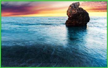 Утёс посреди Ионического моря на рассвете - Ионическое море находится между Балканским и Апеннинским полуостровами - ionicheskoe more