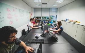 Ambiente de trabalho é informal e bem humorado | Foto: Flávio Oota