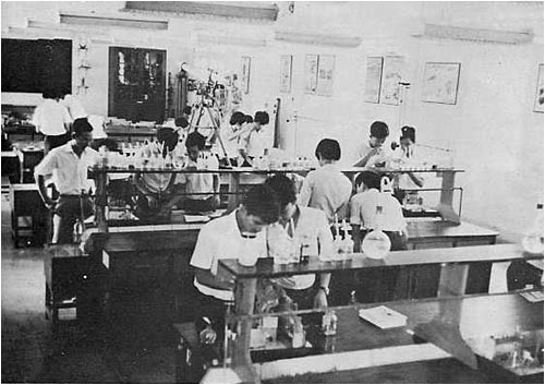 Một lớp thử nghiệm hoá chất tại trường Petrus Ký