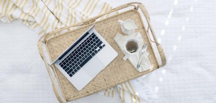 wydarzenia pled laptop herbata
