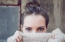 kobieta w swetrze na twarzy